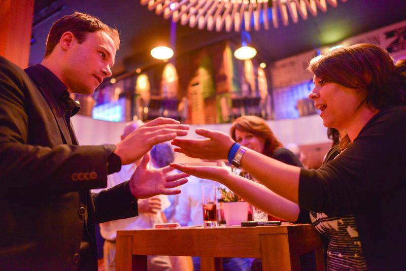 tafelgoochelaar Jordi tijdens een bedrijfsfeest